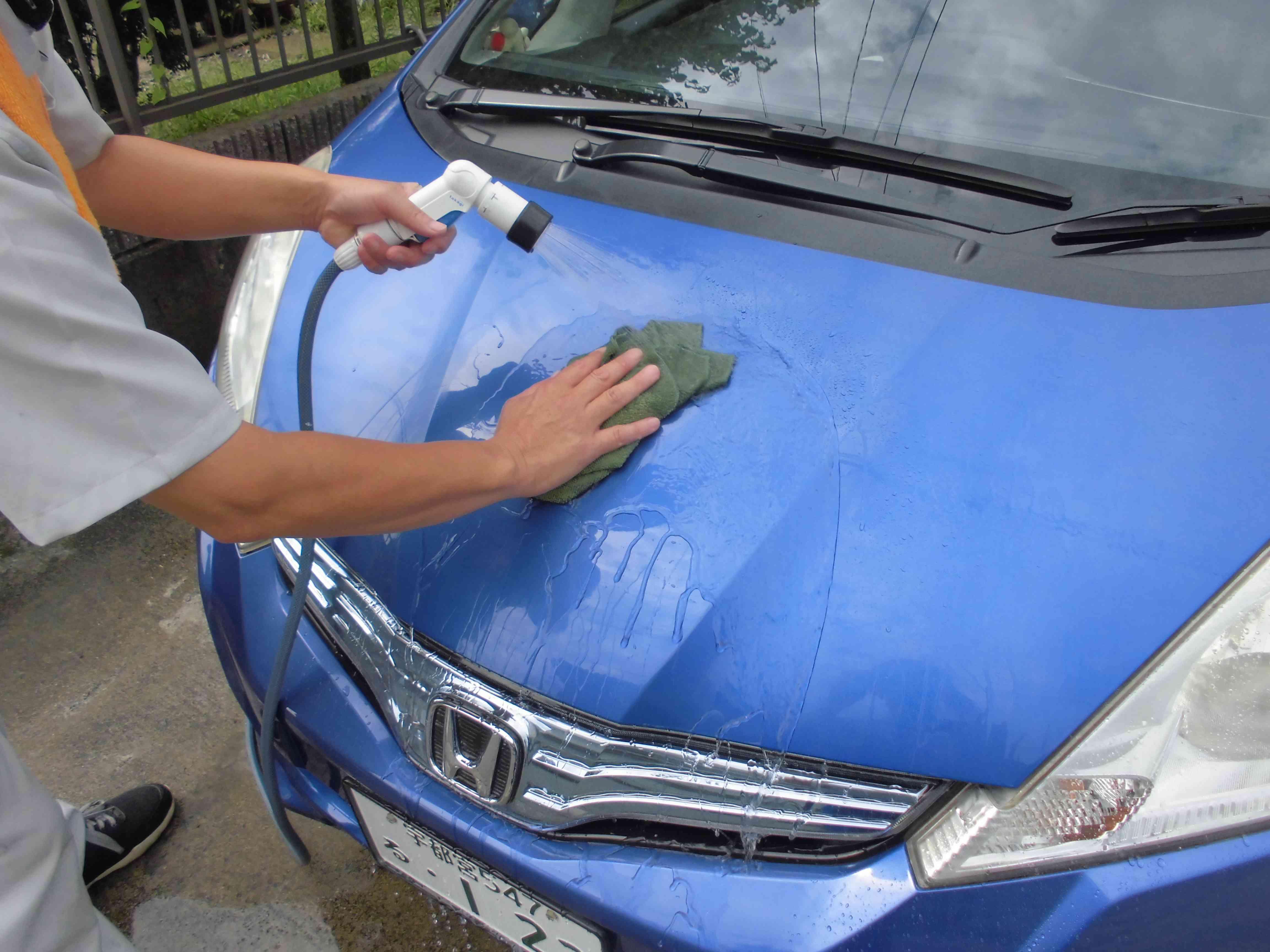 余剰成分を水洗車で落とす